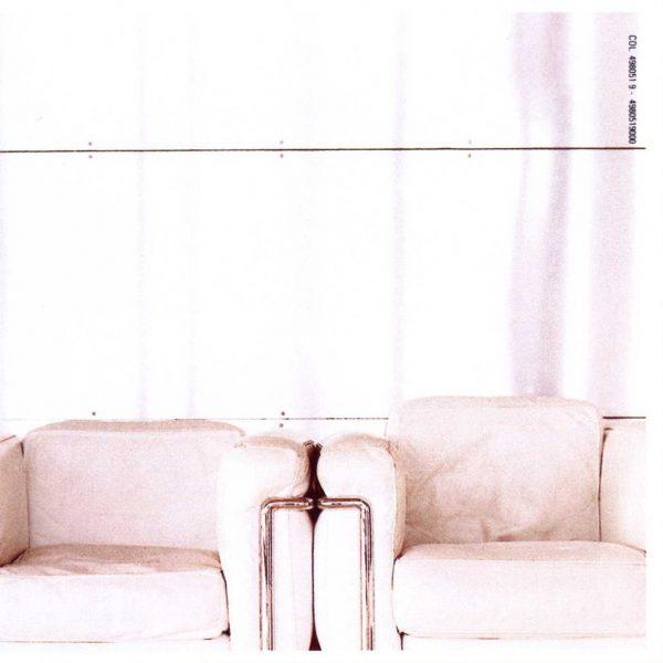 """Sulla quarta del booklet di """"Television"""", due algide poltrone bianche: una sala d'aspetto? In attesa di cosa?"""